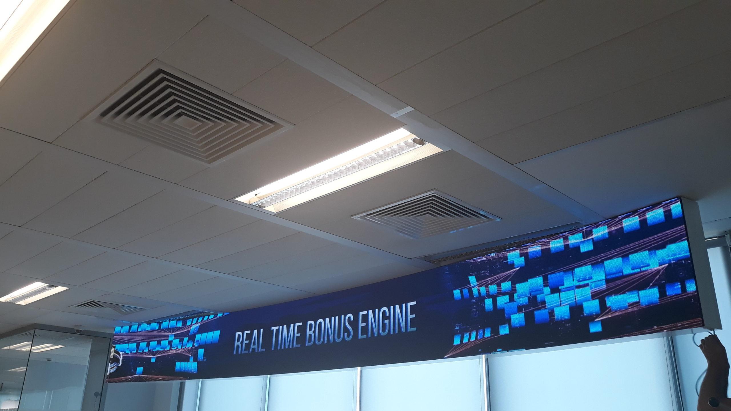 Извит LED екран